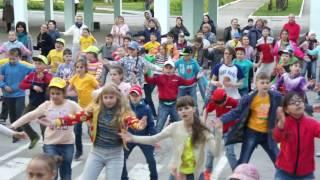 Флешмоб в Горностае, танцуют дети 4-х классов  вместе с родителями, май 2017г.