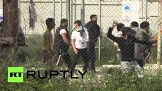 В Греции беженцы закидали министра бутылками с водой(На греческом острове Лесбос беженцы устроили беспорядки, забросав бутылками с водой министра по миграцион..., 2016-04-26T18:45:33.000Z)