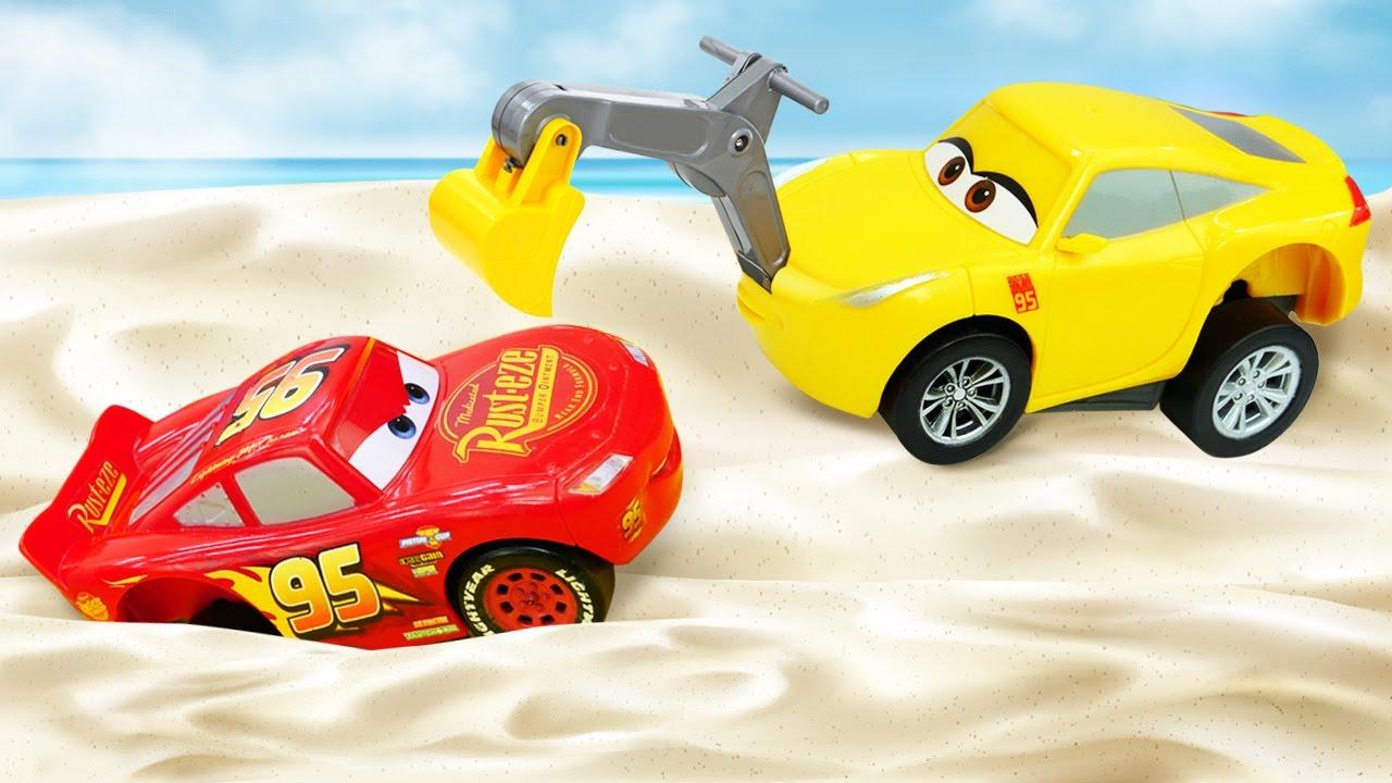 Saetta McQueen e le macchinine. Un gara con gli ostacoli. Video e giochi per bambini
