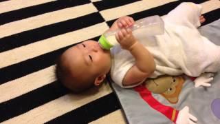 6ヶ月と11日の尊。 最近は哺乳瓶を自分で持って飲めるように。