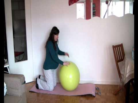 Se muscler les jambes enceinte avec un swiss ball la for Accouchement a la maison youtube