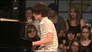 12 ти летний мальчик поёт Paparazzi!нереально красивый голос!