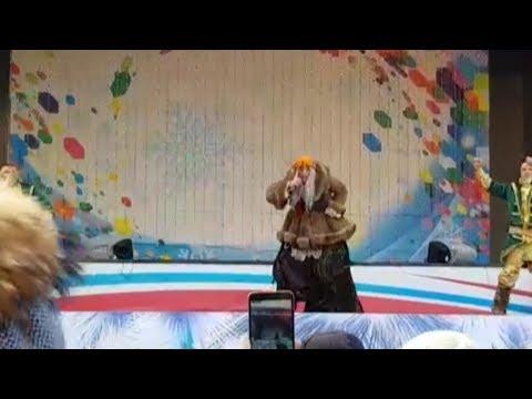 Баба Яга поёт детям про бухло и бабу с бородой. Real video