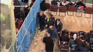 جماهير الأهلي تلتقط الصور التذكارية مع العامري فاروق بين شوطي المباراة