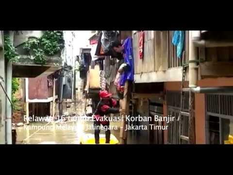 Bocah 16 Tahun Evakuasi Korban Banjir