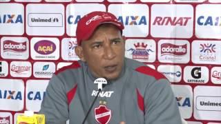 Técnico Hemerson Maria explica entrada de Luís Carlos no lugar de Wendell no gol do Vila Nova