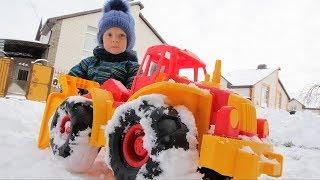 Мультик про трактор. Лёва трактором убирает снег
