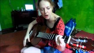 Девушка играет на гитаре. Зацепило.wmv...