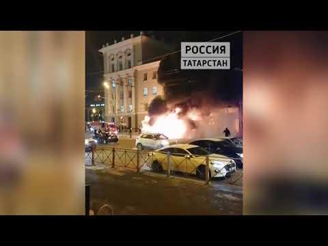 Появилось видео горящего автобуса в центре Казани