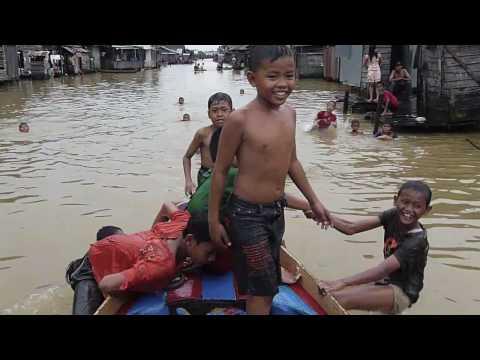 Banjarmasin canal kids