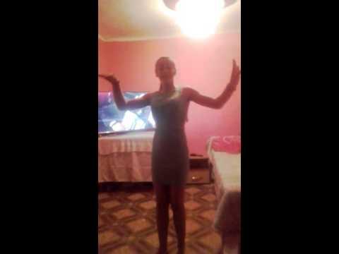 O fată care danseaza din cur