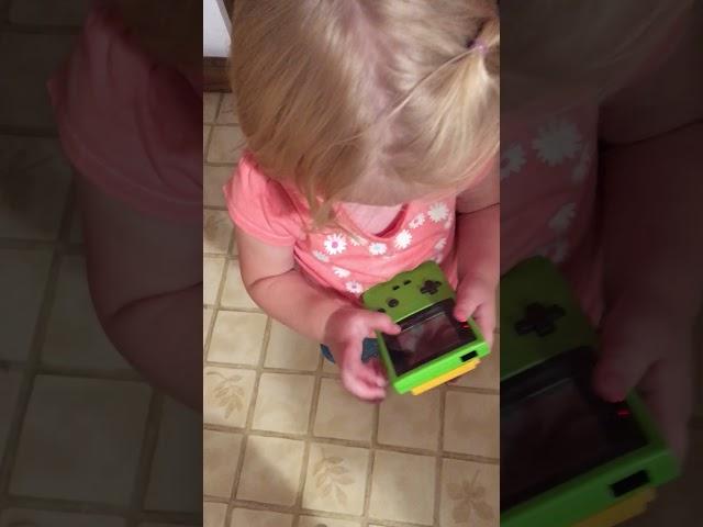El cambio generacional en una pantalla: esta niña no sabe jugar con una Game Boy