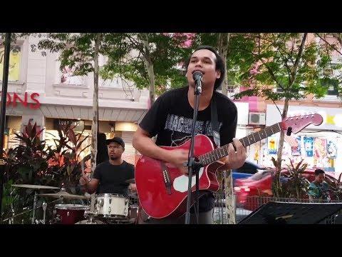 ADA GAJAH DIBALIK BATU-Sentuhan buskers cover wali band
