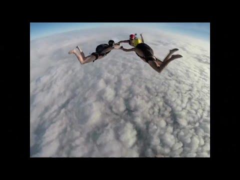 parachutisme en tenue d 39 adam youtube. Black Bedroom Furniture Sets. Home Design Ideas