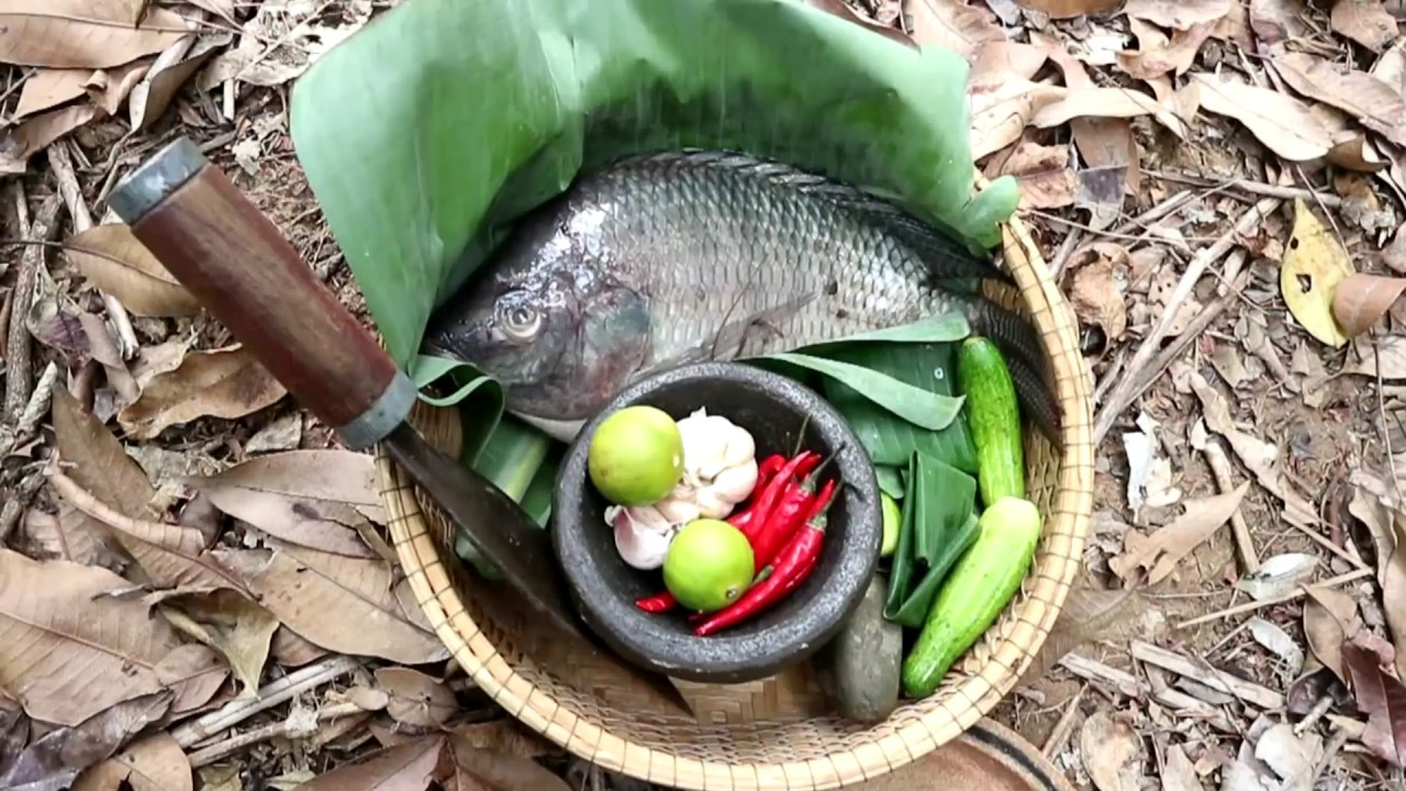 Survival skills: Big fish grilled on clay for food - Cooking big fish eating delicious