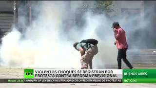 Violentos choques y gases lacrimógenos por la reforma jubilatoria en Argentina