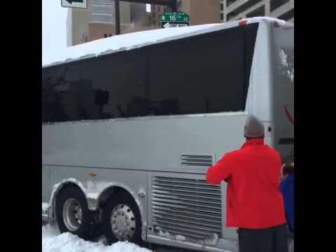 I giocatori di SMU spingono il pullman bloccato nella neve