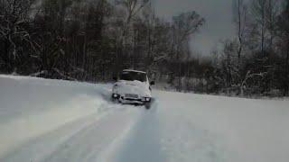 Мицубиси паджеро пинин едет по глубокому снегу.
