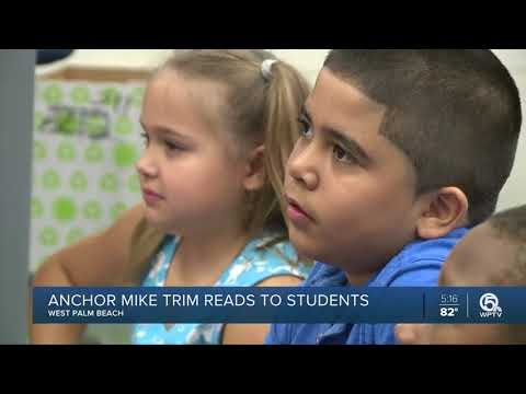 WPTV anchor Mike Trim reads to students at Wynnebrook Elementary School