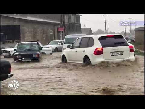 Жители в сапогах, машины под водой. Как Махачкала встретила первый летний ливневый дождь
