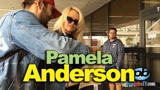 Bắt gặp siêu sao truyền hình Pamela Anderson ở phi trường Los Angeles