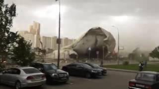 Ураган Москва. Разорвало надувной тент над теннисным кортом в Жулебино.