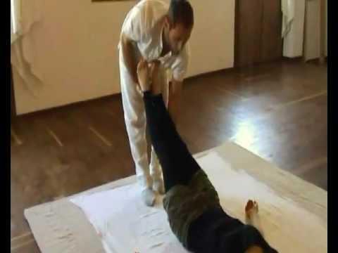 Esercizi contro dolore in reparto di petto di una spina dorsale