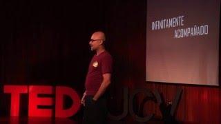 Infinitamente acompañado | Sumito Estevez | TEDxUCV