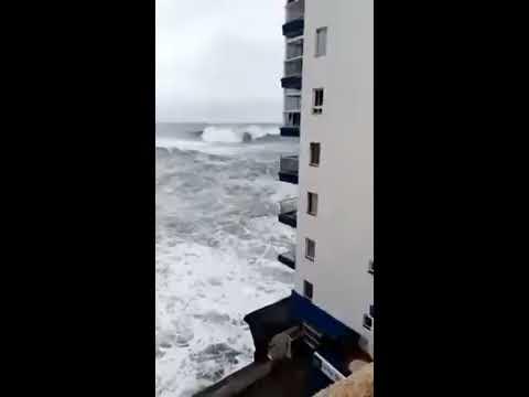 L'ondata spazza via i terrazzi a Tenerife