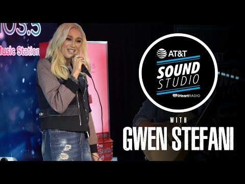 Gwen Stefani Performs 'You Make It Feel Like Christmas' & 'Feliz Navidad' LIVE (Acoustic)