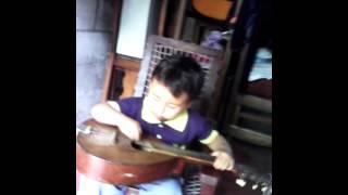 """Niño toca la guitarra """"Owen el guitarrista"""