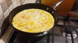 Готовлю омлет с овощами и сыром