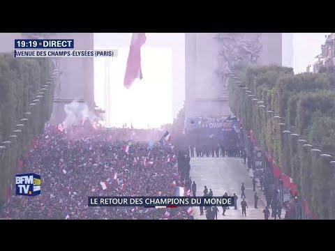Le bus des Bleus descend les Champs-Élysées