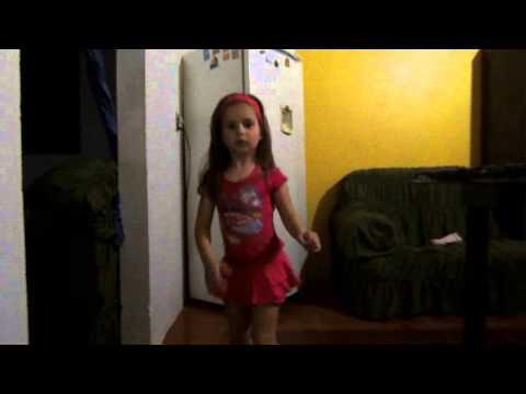 Lara dançando Bonde das Maravilhas