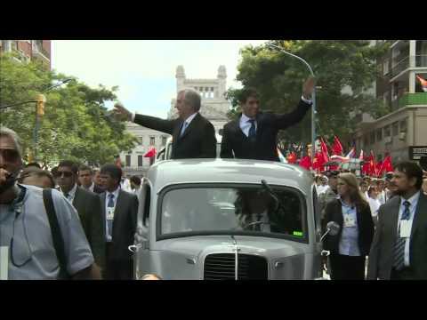 Vázquez y Sendic recorrieron centro de la capital en Fordson de 1951 saludando a la gente - Parte 1