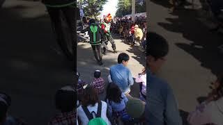 キューレンジャーショー、街にやってきた怪人が突然股間を披露します。...