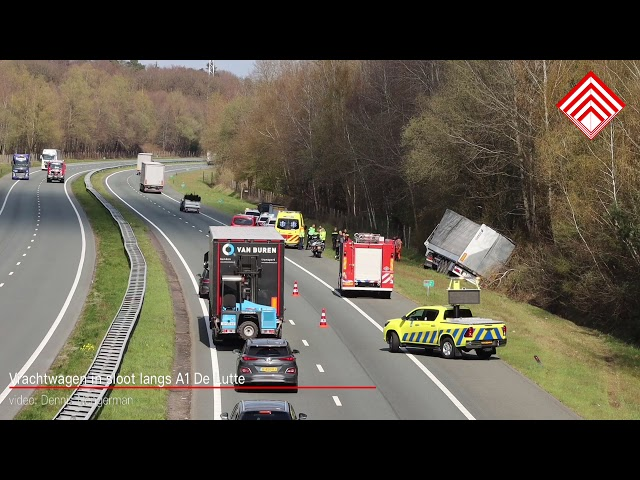 Vrachtwagen in de sloot langs A1 bij De Lutte