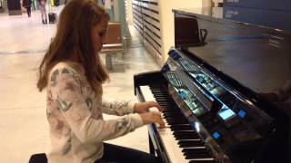 Lise au piano dans la gare TGV Avignon / concours piano SNCF