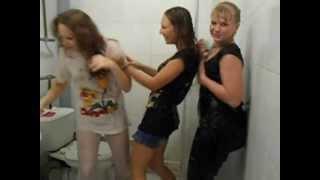 Девочки веселятся в душе!!XDD