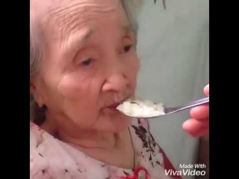 Cháu đút cơm cho bà ngoại xì tin