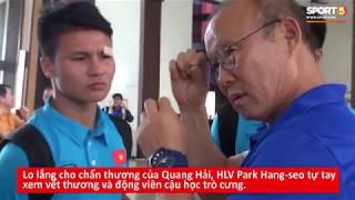 HLV Park Hang-seo cẩn thận xem vết thương của Quang Hải