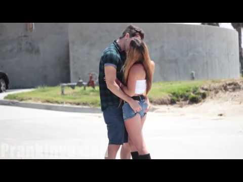 BESOS FACILES  KISSING PRANK BROMA JOKEs (Prank invasion)