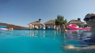 Жених и невеста прыгают в бассейн