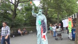 57.Две Статуи Свободы - в Central Park,и на Time Square Нью-Йорка.Statue of Liberty,Time Square,Park