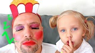 Алиса играет с косметикой пока папа спит