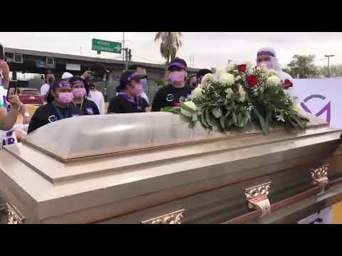 """Si no cumplo que me entierren vivo"". Candidato de PES arranca campaña en un féretro"
