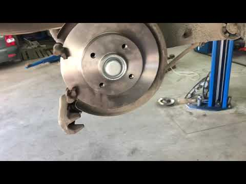 Замена задних тормозных дисков и колодок Peugeot 408