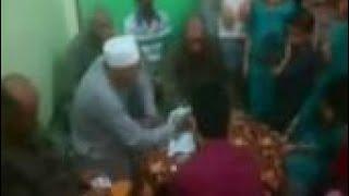 بالفيديو.. مأذون يفارق الحياة أثناء عقده قران ابنته