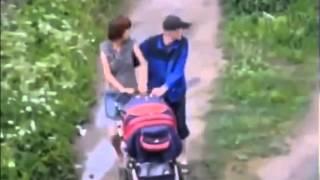 Casal mamados na cachaça empurrando um carrinho de bebê