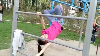 10 years old girl doing crazy things in Street Workout
